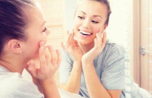 kvinde der plejer sin hud