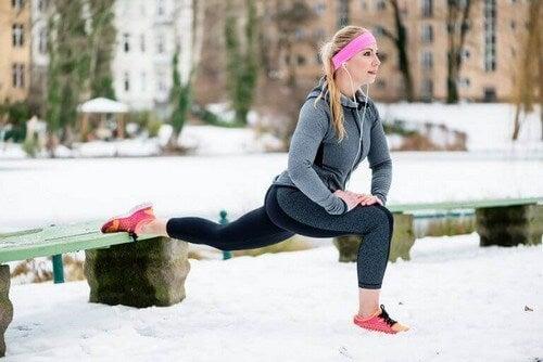 Kvinde udøver træning i koldt vejr