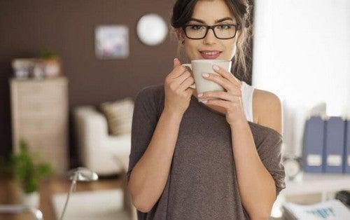 Kvinde drikker en kop kaffe