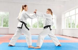 kvinder der dyrker karate
