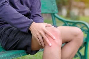 mand der har ondt i knæet