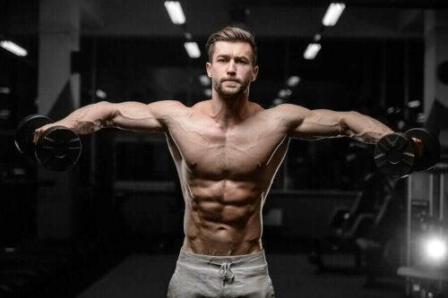 mand der træner skulder med håndvægte