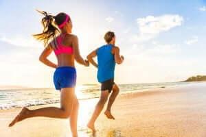 mand og kvinde der løber på strand