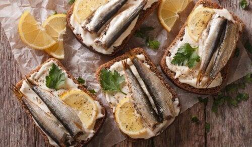 rugbrød med fisk