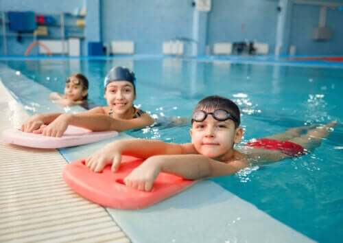 børn i svømmehal