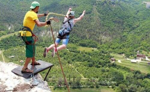 bungee jump er en ekstremsport med maksimal adrenalin