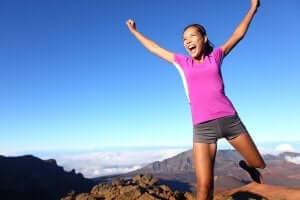 glad kvinde på bjergtop