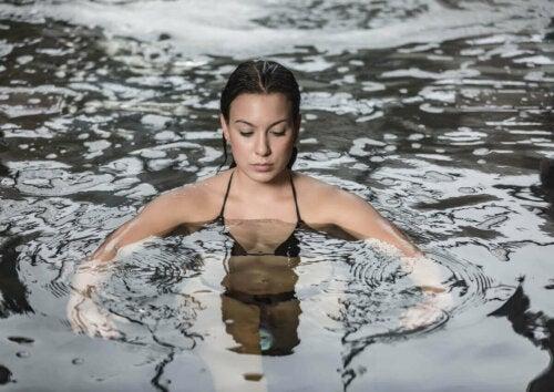 kvinde der bader