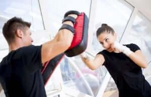 kvinde der bruger træning til at bekæmpe stress