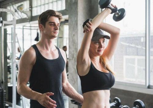 kvinde der får hjælp til træning