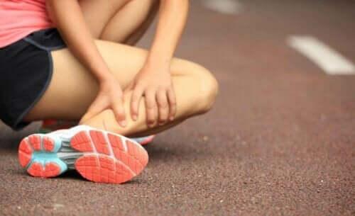 kvinde der har skadet sit ben