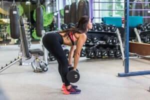kvinde der laver øvelser til at træne sine rygmuskler