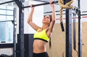 kvinde der laver pull-ups