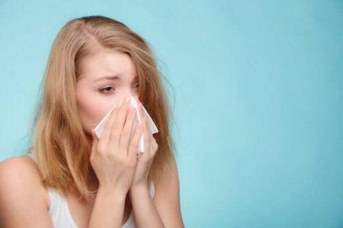 kvinde der pudser næse