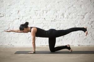 kvinde der træner balance