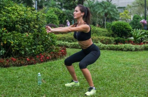 kvinde der træner i en have