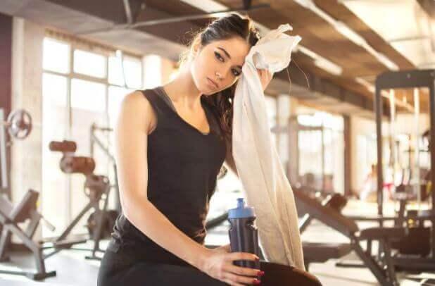 Kvinde har trænet i fitnesscenter