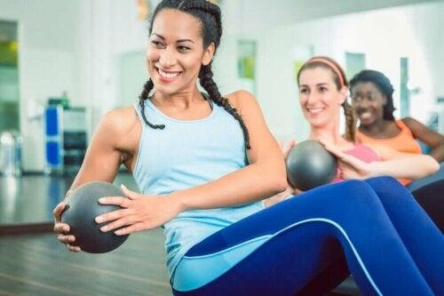 kvinder der træner med medicinbolde