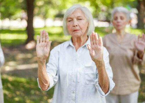 ældre kvinde der praktiserer sport