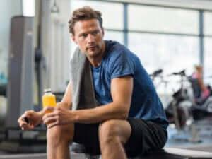 mand der hviler mellem sine træningssæt
