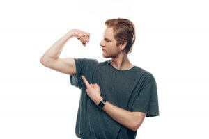 mand der viser din biceps-muskel