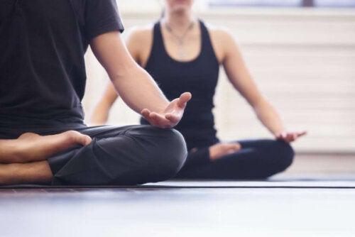yoga til at skabe forbindelse mellem kroppen og sindet