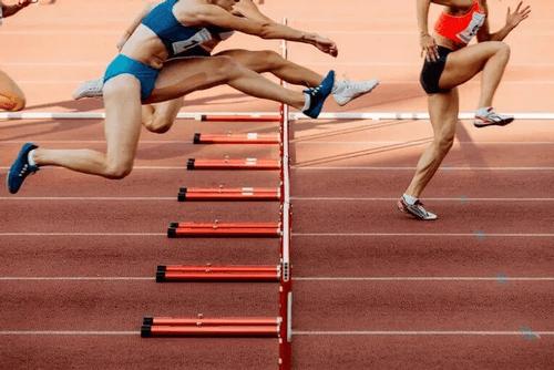 Atleter på atletikbane
