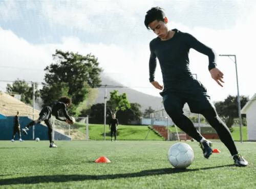 Dreng dribler med fodbold