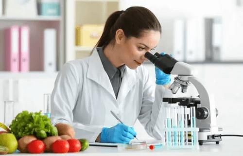 Forsker laver undersøgelser