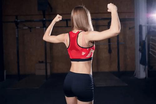 Veltrænet kvinde med muskler