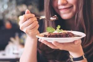 kvinde spiser en af de lækre desserter til diabetikere