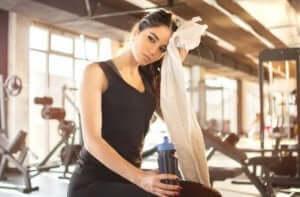 kvinde tager en pause fra træningen