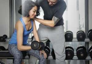 kvinde får hjælp med at træne