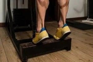 mand der træner sine lægmuskler
