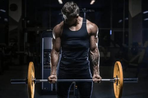 Mand løfter vægtstang