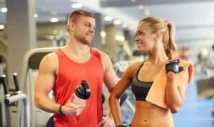 mand og kvinde i fitnesscenter