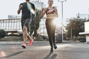 mand og kvinde løber en tur i byen