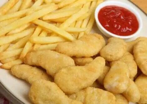 pomfritter og nuggets med ketchup