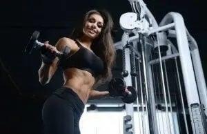 trænet kvinde med håndvægte