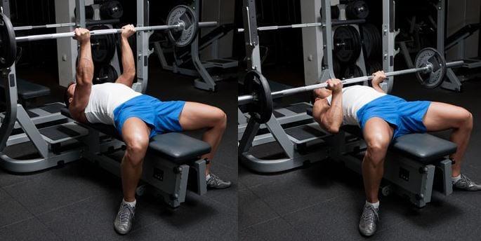 Mann im Fitnessstudio am Bankdrücken