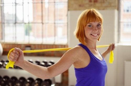 Sieben Schulterübungen mit einem Gummiband