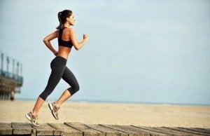 Laufzubehör: Frau joggt am Strand