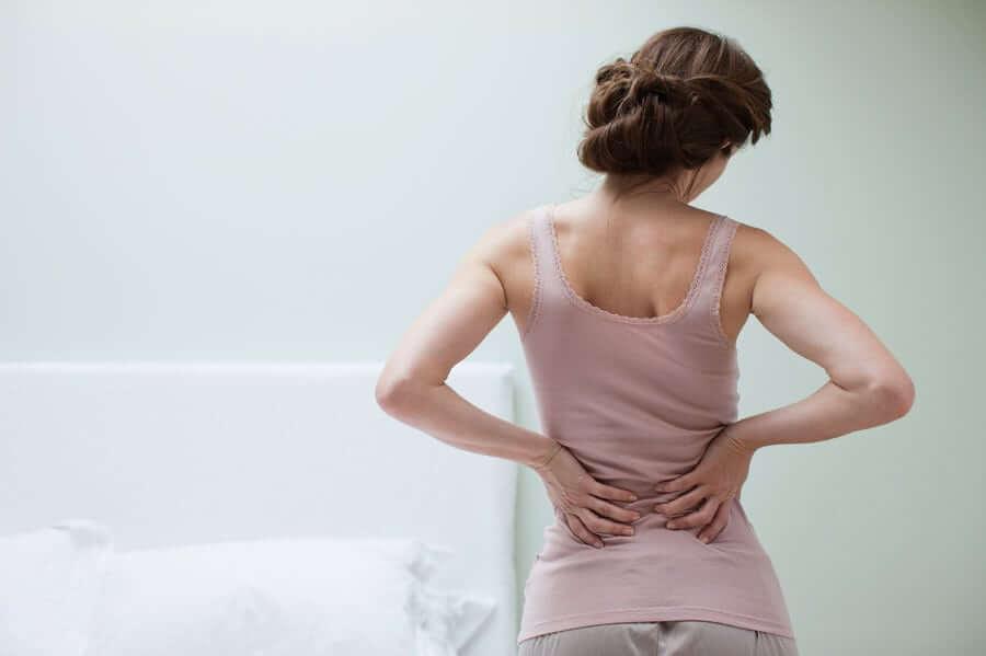 Dehnübungen - Frau mit Rückenschmerzen
