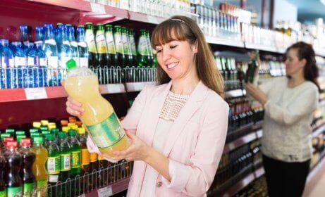 Frau liest Lebensmitteletiketten