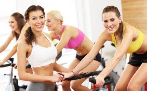Frauen trainieren auf Bikes
