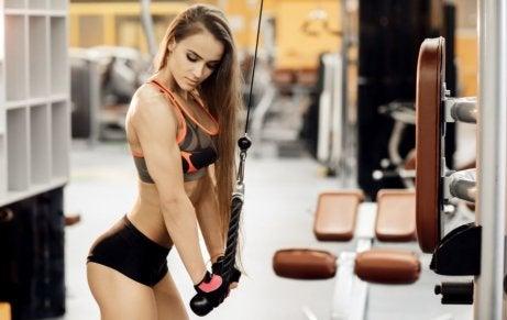 Frau definiert Muskeln