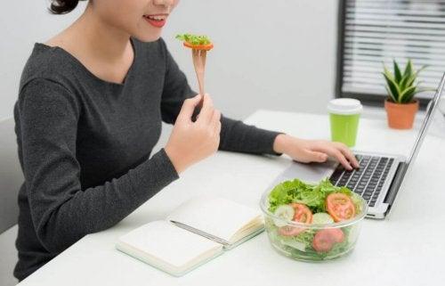 Gesunde Mahlzeiten für die Arbeit zubereiten