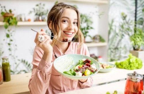 nächtlicher Spaziergang - Frau isst Salat