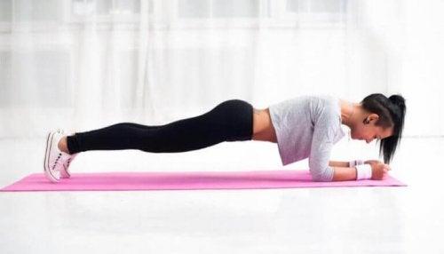 Frau macht Plank