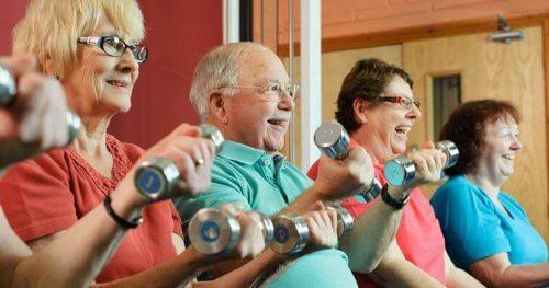 Senioren machen Hanteltraining